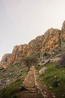 escadas levando para as montanhas foto
