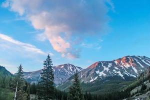 montanhas cobertas de neve branca no horizonte foto