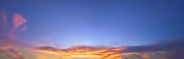 céu do pôr do sol e nuvens à noite