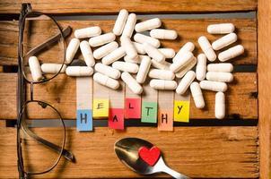 droga saudável alfabeto e cápsula com óculos foto