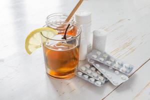 bebida tradicional ucraniana em vidro com mel, limão, medicamentos, vitaminas foto