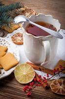 bebida quente de inverno com especiarias na mesa de madeira. foto