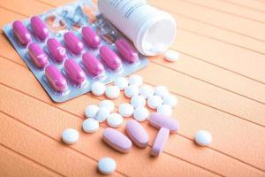 pílulas coloridas e comprimidos em fundo foto