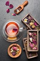 chá de ervas com mel, ervas secas e flores.