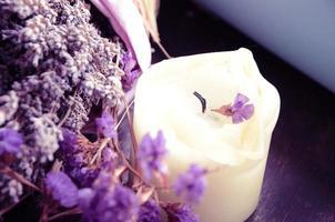 flor de lavanda e uma vela foto