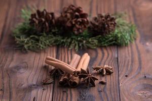 Paus de canela e anis estrelado em fundo de madeira rústico marrom foto
