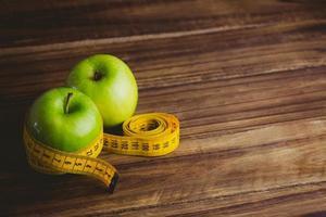 maçãs verdes com fita métrica foto