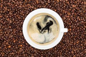 café fresco em uma xícara branca