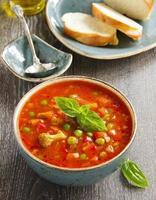 tigela de sopa minestrone com pão foto