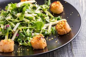 vieiras grelhadas com salada verde crocante foto
