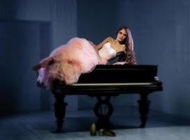 retrato de mulher com piano de cauda