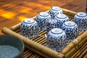 xícaras de chá na bandeja de mogno foto