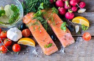 filetes de salmão de cima foto