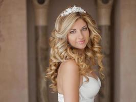 retrato matinal da linda noiva. vestido de casamento. dia do casamento foto