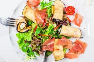 salada fresca com berinjela e bacon foto