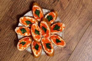 sanduíches com caviar vermelho foto