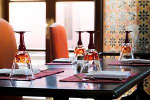configurações de mesa de luxo em restaurante foto