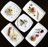 conjunto de pratos preparados em restaurante de luxo foto