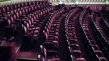 assentos de teatro vermelhos em uma fileira foto