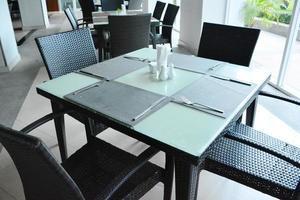 mesas e cadeiras no restaurante. foto