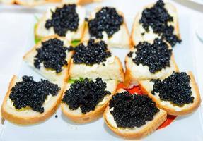 sanduiche com manteiga e caviar foto