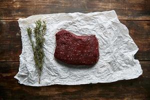 pedaço de carne de bife em papel artesanal romero vista superior