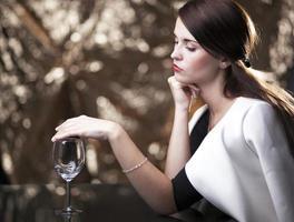 mulher solitária e infeliz à espera de um encontro foto