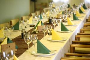 mesa elegante com copos e pratos em restaurante foto