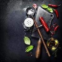 talheres vintage e ingredientes frescos foto