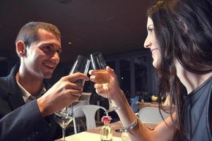 casal apaixonado jantando em um restaurante romântico foto
