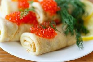 panquecas com caviar vermelho foto