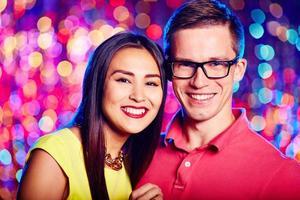 jovem casal em boate foto