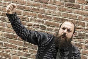 homem barbudo zangado