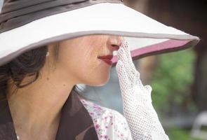 linda garota vestida da década de 1920 com chapéu e luvas