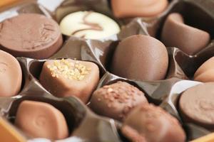 chocolates finos em branco, escuro e leite. foto