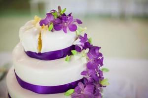 cortando o bolo de casamento foto