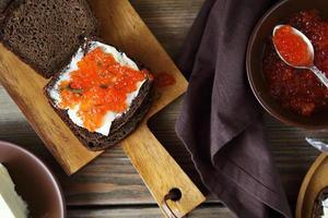 sanduíche com caviar no tabuleiro foto
