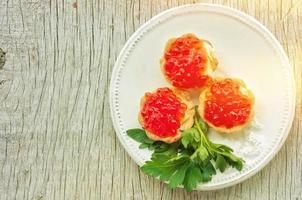 caviar vermelho em tortinhas foto