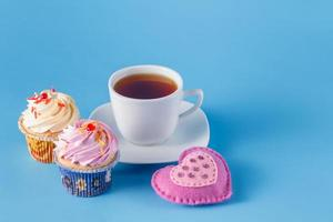 símbolo do coração com cupcakes e chá foto