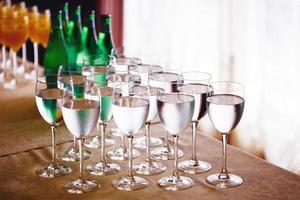 copos altos com água ou vinho foto