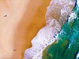 vista superior de duas pessoas na praia