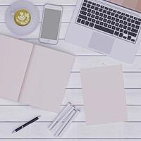 colocar uma visão plana do espaço de trabalho rosa foto