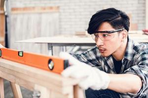 carpinteiro está trabalhando com madeira foto