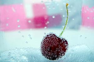 grande cereja em uma bolha foto