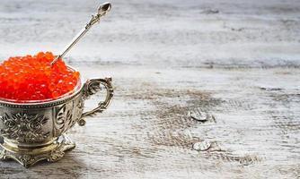 caviar salmão vermelho em tigela de prata foto