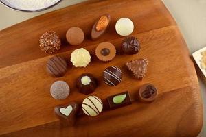 chocolate de luxo em uma placa de madeira foto