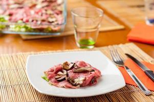 carpaccio de carne com cogumelos foto
