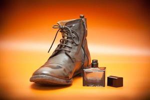 Sapatos de couro masculinos de luxo perfume masculino em um fundo brilhante foto