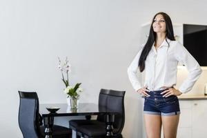 bela jovem em uma bela cozinha branca