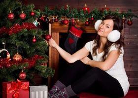 linda garota com árvore de natal foto